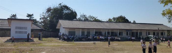 左側:新トイレ棟、右側:プーサンニホンエイセイ小学校