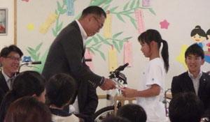 子供たちに自転車をプレゼントする様子1