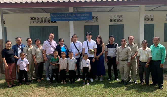 学校グランドにて校長先生と教職員、生徒達と記念撮影