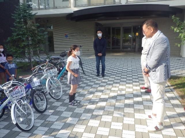 子供たちに自転車をプレゼントする様子2